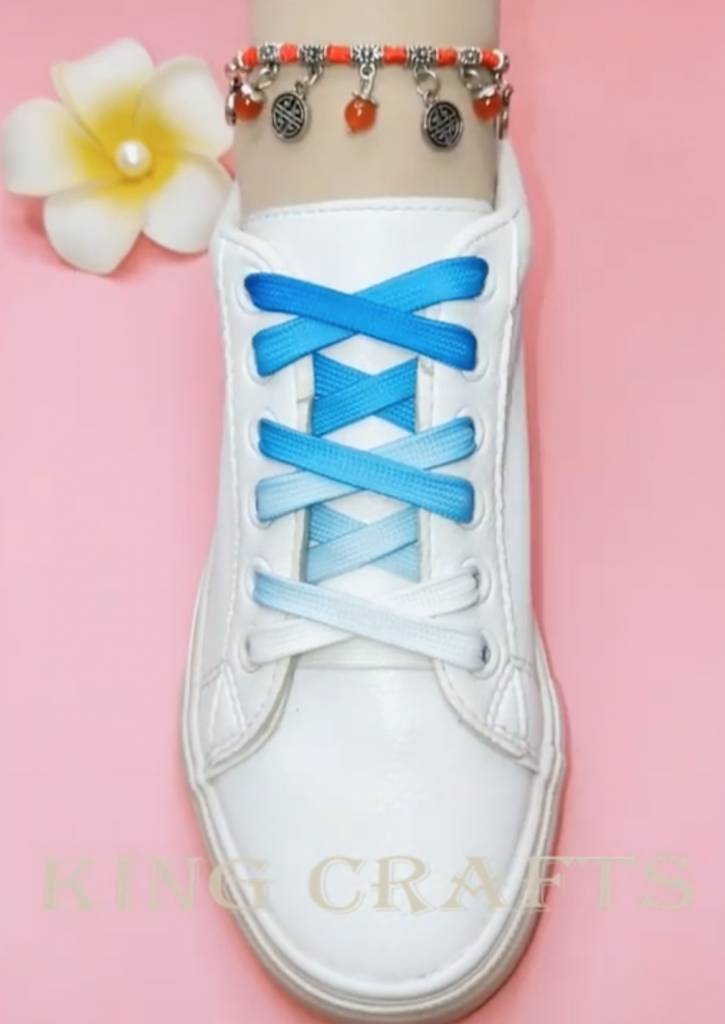 綁鞋帶 White shoes with transitional blue white colour shoe lace basic knot