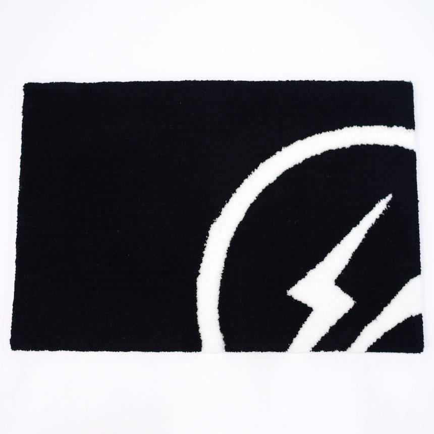 fragment design 與 Gallery1950 推聯乘地毯!閃電圖案為家居添時尚氛圍