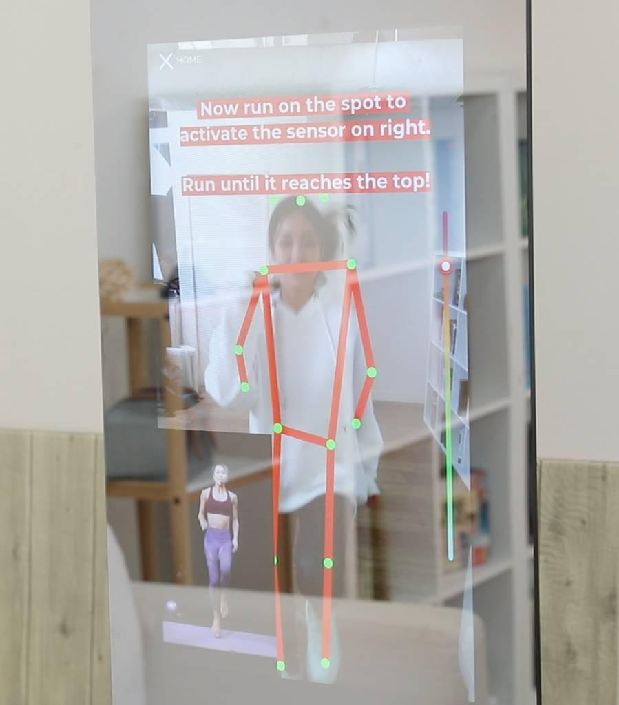 KARA Smart Fitness Mirror AI Tracking User's movement demonstration