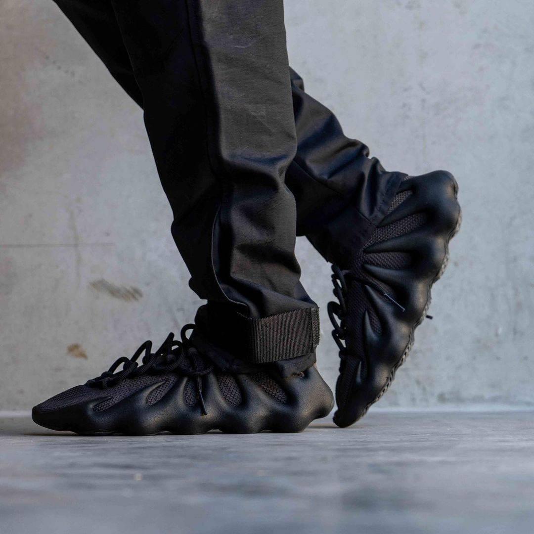 adidas YEEZY 450「Dark Slate」多角度上腳圖曝光!前衛設計能否吸引鞋迷?