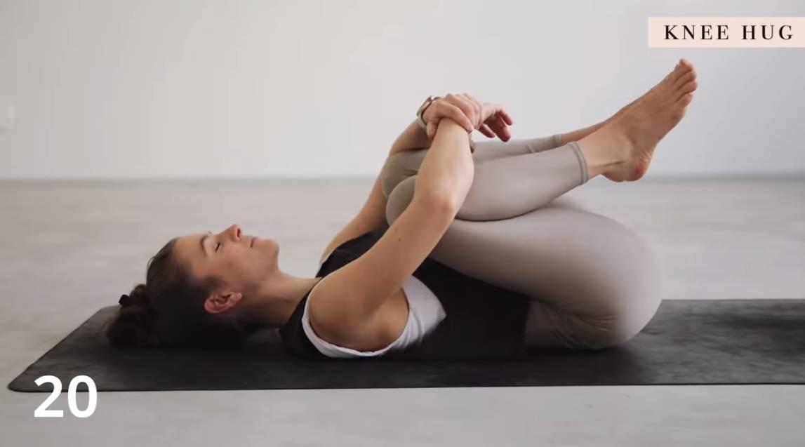 改善背痛伸展運動!10分鐘簡易瑜伽解決「back pain」 - Knee Hug